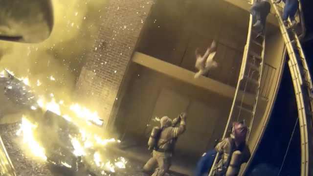 惊险!房子大火,消防员徒手接小孩