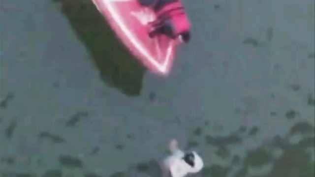 少女跳黄河漂水面,2小伙驾快艇救人