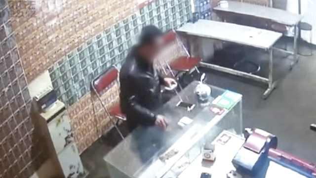 见财起意,他买彩票时偷店主手机