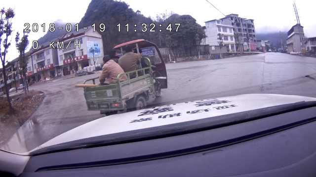 老汉斗交警,三轮车载3人连冲3道卡