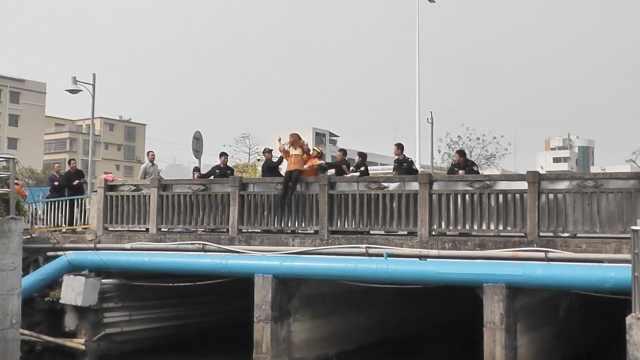 她翻过桥栏欲轻生,瞬间被拎回桥上