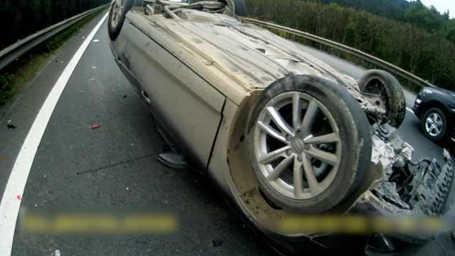 奥迪男高速走神撞罐车,车翻父亲伤