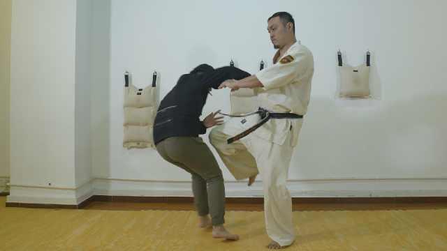 空手道教练教防狼术,一招打趴色狼