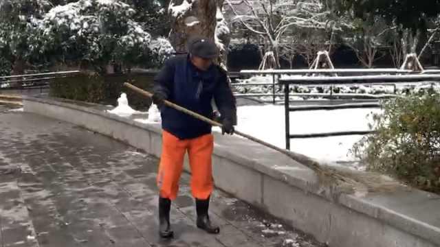 扫雪大爷有童心,手下留情绕过雪人