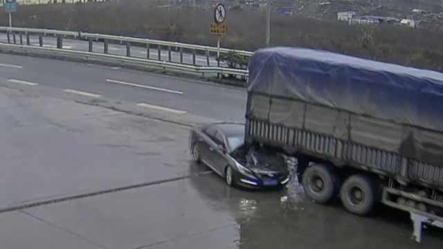 实习女司机车失控,径直冲进货车底