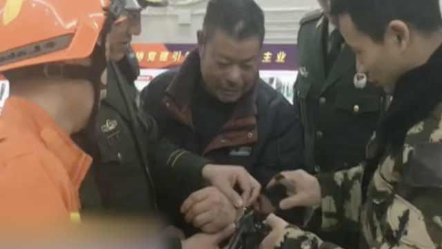 爷爷求助民警:孙子扮警察把我拷了