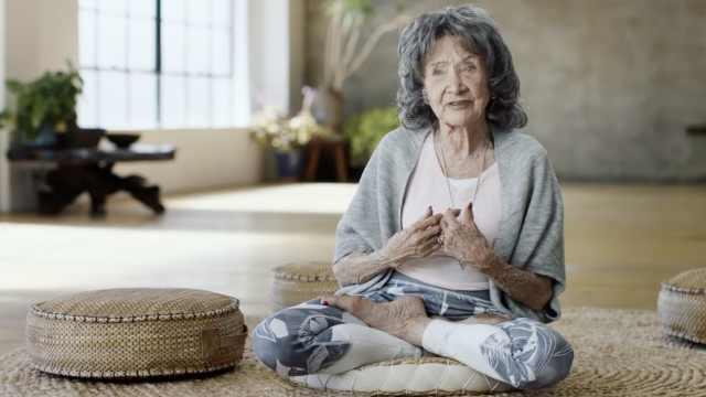 99岁瑜伽奶奶:梦露好友,与甘地游行