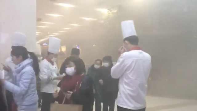 烤鱼店冒烟弥漫商场,顾客捂鼻逃跑