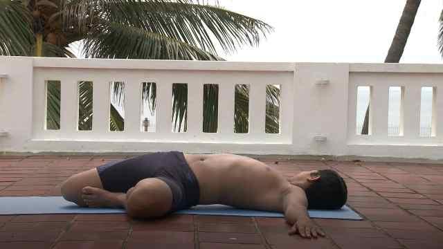 印度古式瑜伽教学:鳄鱼左侧扭转式