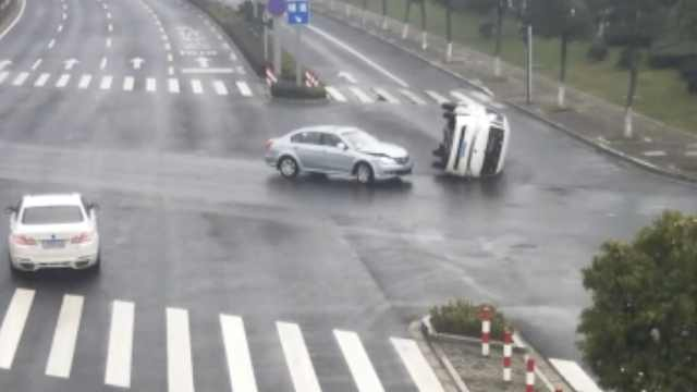 面包车闯黄灯被撞翻,负事故全责
