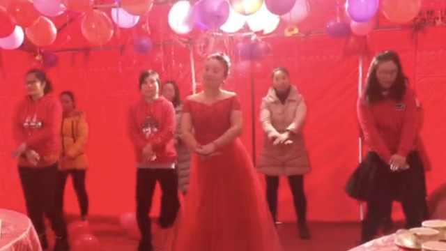 又唱又跳又主持,这个新娘有点忙!