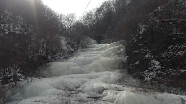 东北有多冷!山间流水冻成百米冰瀑
