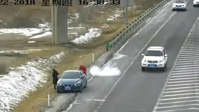 2奇葩司机违停高速,应急道上放鞭炮