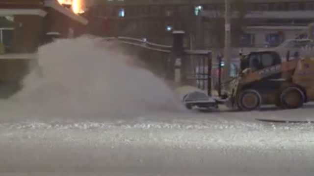 新疆暴雪!清雪车出动,扫起漫天雪花