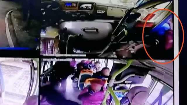 暖!老人下车遇困难,公交司机抱下车