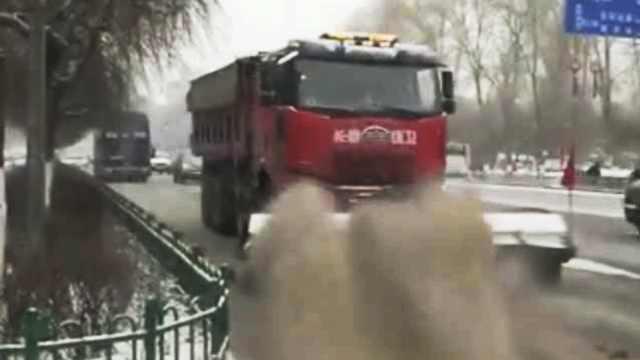 大雪后环卫机械清雪,场景似麦浪推