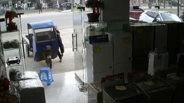 电三轮失控撞商店,拖行车主数十米