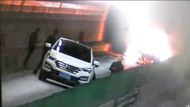 两车追尾燃大火,民警6分钟清空隧道