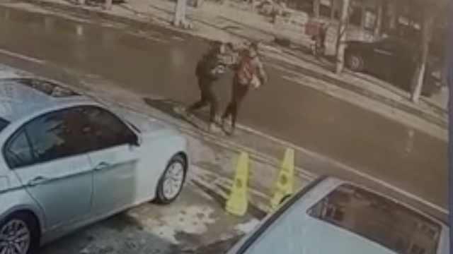 嚣张头套男推倒路人,当街抢走手机