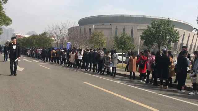 大学生排百米长队,等企业伸橄榄枝