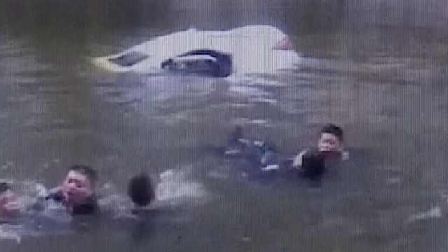 轿车失控坠河,好心人跳河合力营救