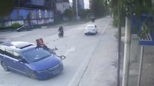 摩托猛撞调头小车摔惨,小车急逃逸