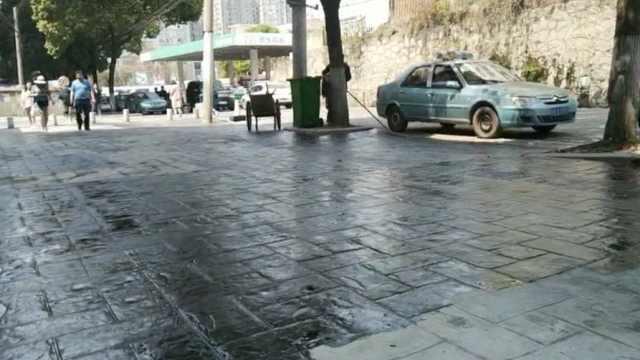 地面涂抹胶水 ,行人走路被粘