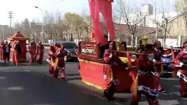 新人坐八抬大轿,中式迎亲一路拉风
