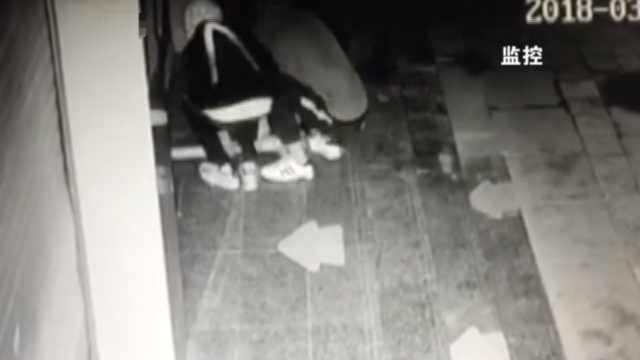 2贼木棍撬门进店,3分钟盗13部手机