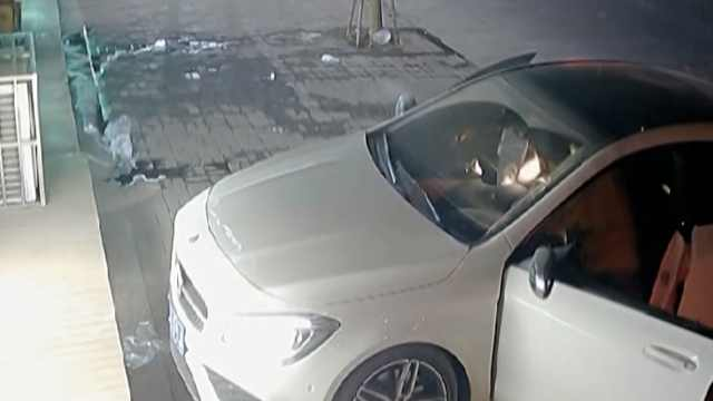 奔驰女司机当街被掳,事发监控曝光