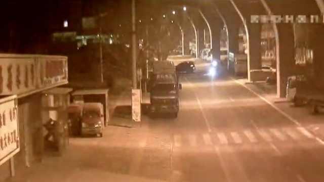凌晨时分,路上只有两辆车竟也相撞