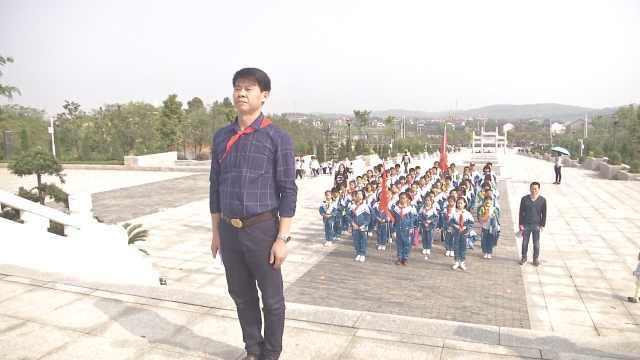 小学生唱少先队队歌,缅怀革命先烈