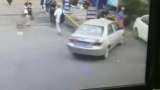 轿车在医院门口撞人,警方:处理中