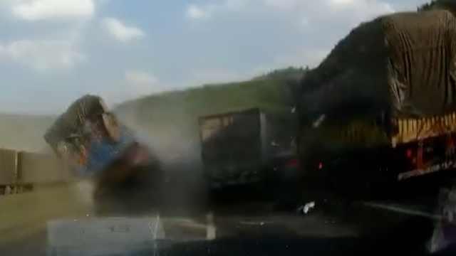 10秒2起车祸致5车受损,目击者吓懵
