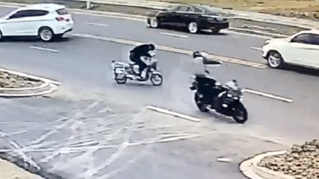 摩托车飞速撞上电驴,骑手当场身亡