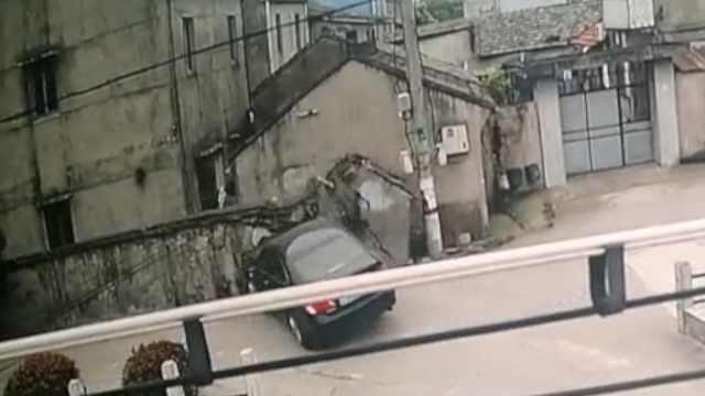 他开车接手机油门当刹车,直撞民房