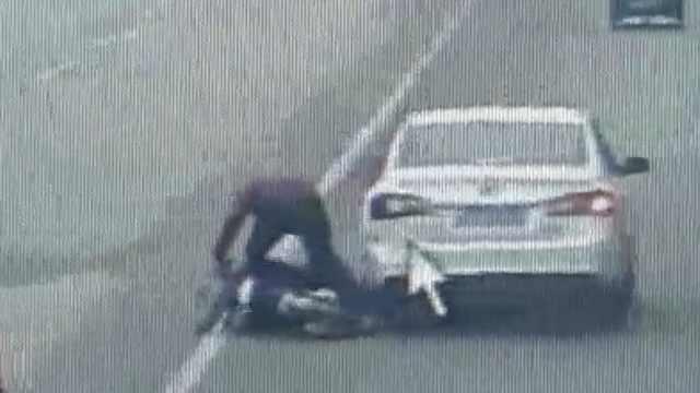 他骑电驴玩手机,接连斜穿3车道追尾