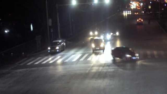 司机玩手机致3车连撞,看完伤者就逃