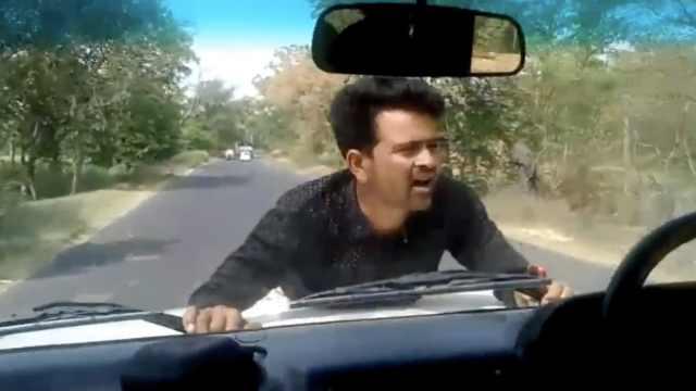 因举报腐败,印男子被车顶行4公里