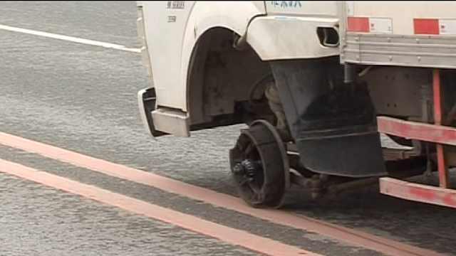 二手厢货车轮掉落,路过轿车惨被砸