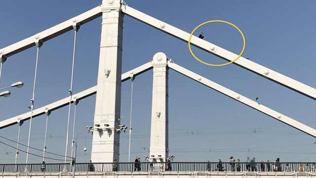 危险!俄男子竟徒手爬上桥顶自拍