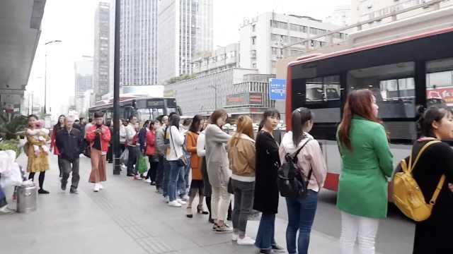 成都现最有序公交站!乘客自觉排队