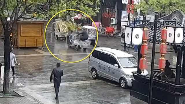 偷車賊跳上電三輪,反扒民警搭車追