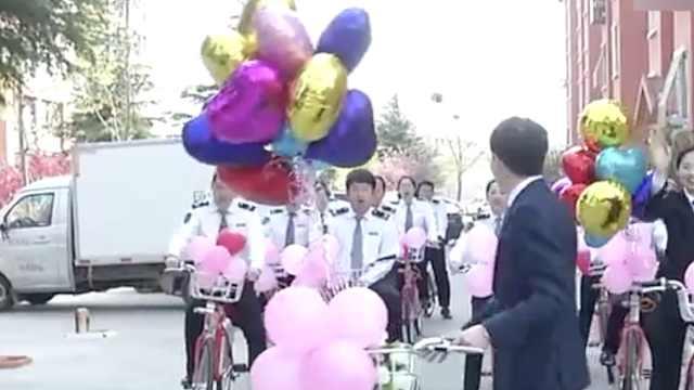 骑单车认识,他们结婚自行车队迎亲