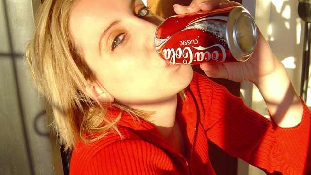 为什么可乐喝多了会烂牙齿?