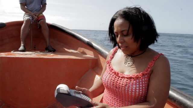 委国小镇没信号,刷卡得坐船去海上