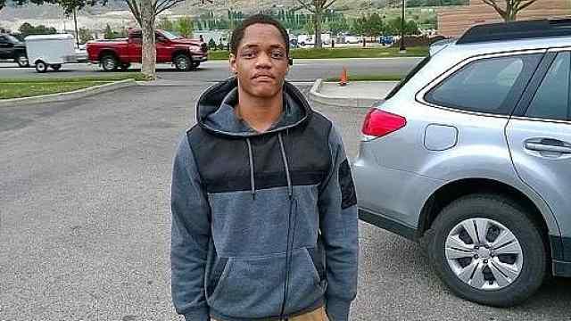 黑人男子偷手机,警察三枪将其打死