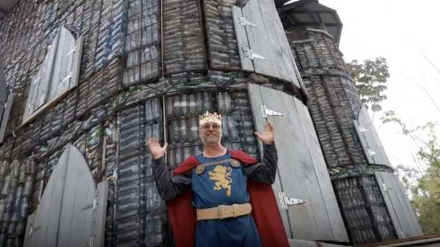 他搜集上百万个塑料瓶,建塑料城堡