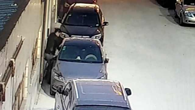 他砸车盗4万财物,作案前犹豫40分钟