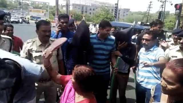 印度偷窃嫌犯当街被妇女用拖鞋教训